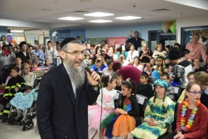 Chassidic singer Avraham Friend performed at Shaare Zedek's Wilf Children's Hospital to help celebrate Purim 2016.